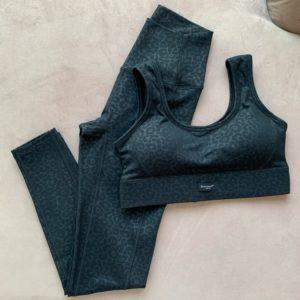 חליפת ספורט מנומר שחור